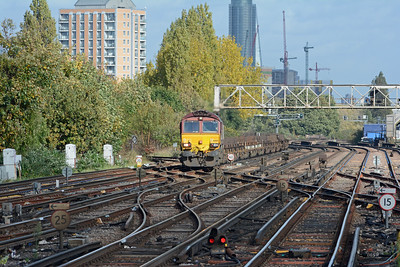 Return to Clapham Junction and the London end of platforms 5 & 6 for 66100 on the 4E32 Dollands Moor to Scunthorpe