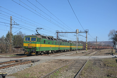 The sound of heavy duty traction motors heralded the arrival of another standard gauge iron ore train bound of US Steel Košice, this time with two 131s up front and a third on the rear