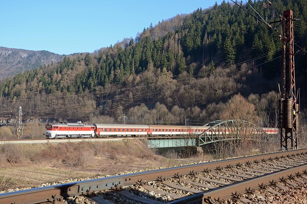 The long distance train is followed by ZR 1846, the 13:52 Zvolen to Žilina, behind a class 757