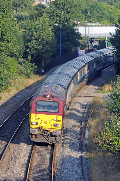 It was followed by the splendid looking 1U52, the 17:50 to Banbury behind 67023 and its matched set of blue & grey Mk 3s.